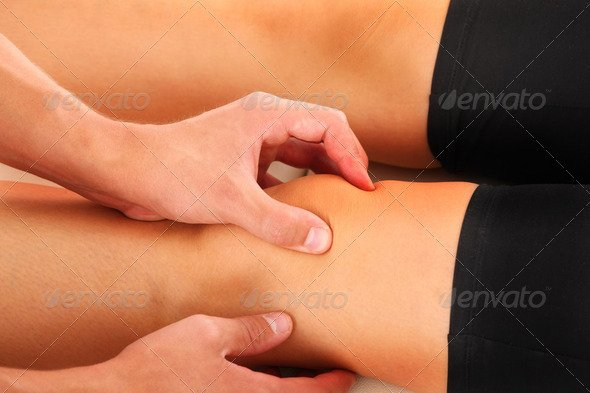 hand manipulating knee